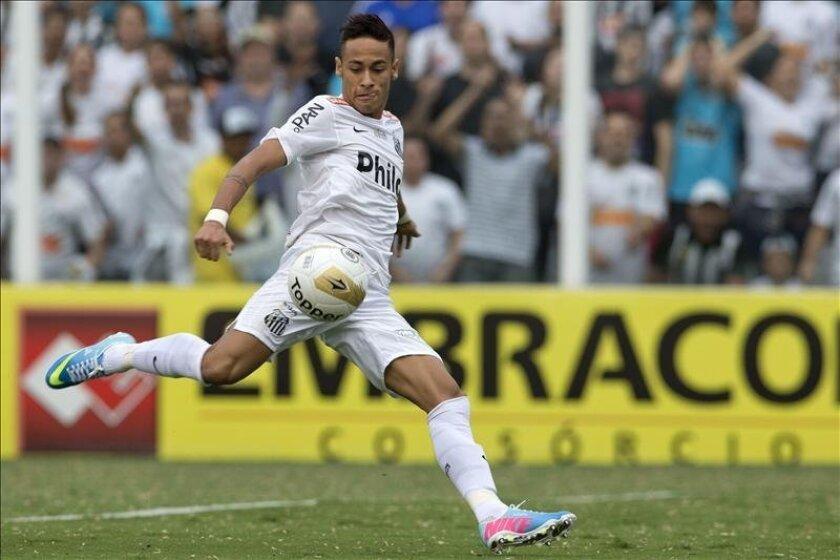 En la imagen, el jugador de Santos Neymar durante el partido ante Corinthians por la final del Campeonato Paulista. EFE/Archivo