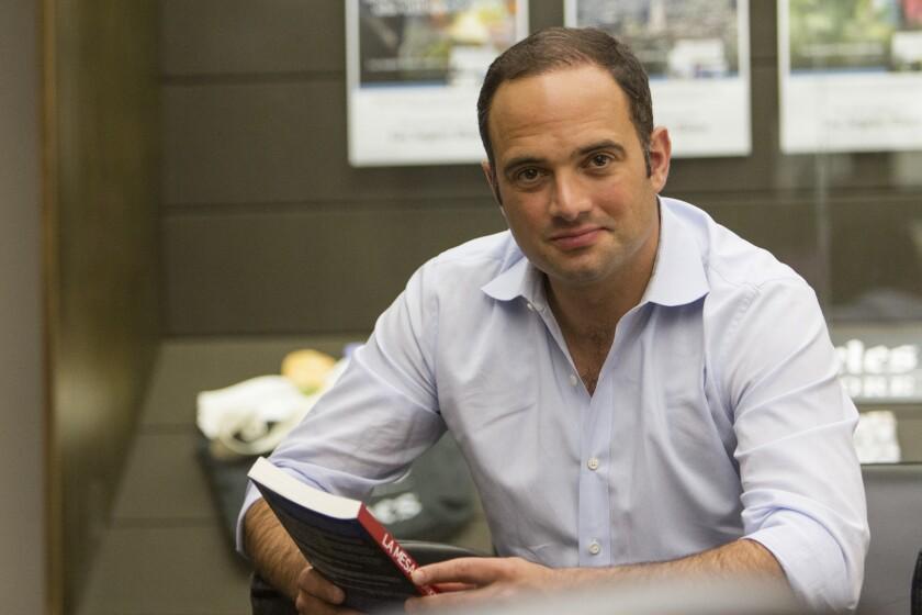 """El periodista y presentador de noticias León Krauze durante su visita a la redacción de HOY, con motivo de la publicación de su nuevo libro """"La mesa: historias de nuestra gente""""."""