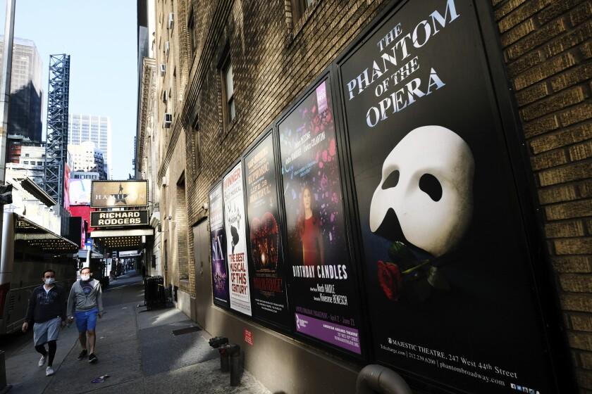 Anuncios de obras de Broadway afuera del Teatro Richard Rodgers en Nueva York