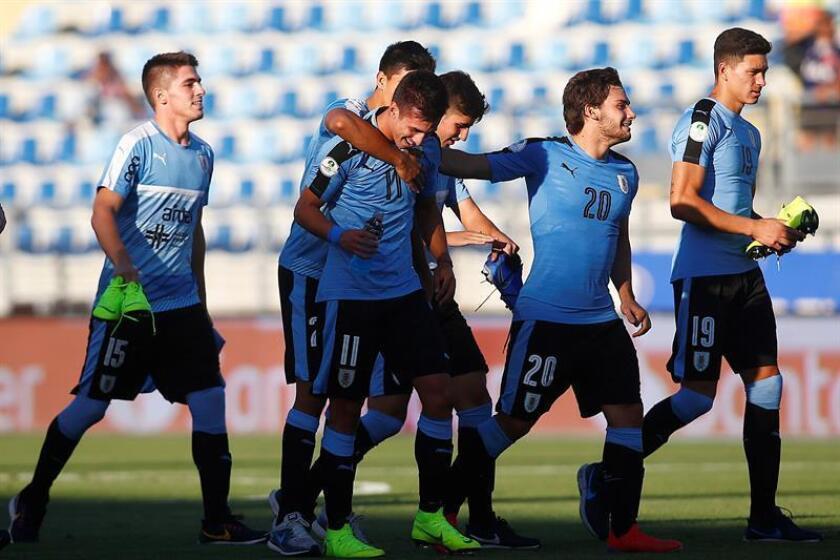 Jugadores de Uruguay fueron registrados el pasado lunes al celebrar su victoria sobre Brasil, durante un partido de la tercera fecha del hexagonal final del Campeonato Sudamericano Sub-20 de fútbol, en el estadio El Teniente de Rancagua (Chile). EFE
