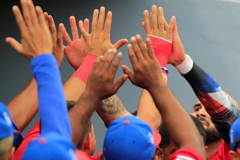 Beisbolistas de la selección puertorriqueña fueron registrados el pasado 23 de julio al celebrar su victoria sobre República Dominicana, en desarrollo del béisbol de los XXIII Juegos Centroamericanos y del Caribe Barranquilla 2018, en Barranquilla (Colombia). Los boricuas se colgaron la presea dorada al vencer a los locales 2 carreras por 1, 16 años después de su más reciente oro en el béisbol estas justas. EFE