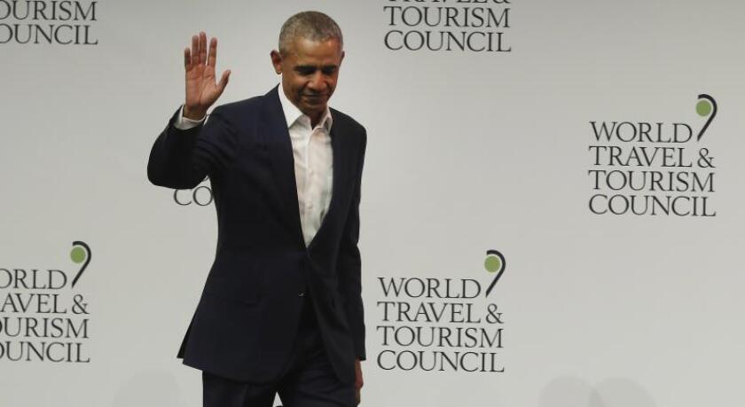 """El expresidente de Estados Unidos Barack Obama momentos antes de intervenir en la XIX Cumbre del Consejo Mundial de Viajes y Turismo ( """"World Travel and Tourism Council"""", WTTC), que se desarrolló en Sevilla en abril pasado. EFE/Jose Manuel Vidal/Archivo"""