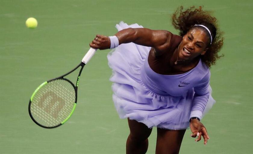 Serena Williams de Estados Unidos devuelve la pelota a Anastasija Sevastova de Letonia, en un partido de las semifinales del Abierto de Tenis de Estados Unidos en el Centro Nacional de Tenis USTA en Flushing Meadows, en Nueva York (EE.UU.). EFE