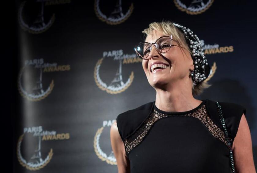 La actriz estadounidense Sharon Stone posa para los medios durante el pase gráfico de la Paris Art and Movie Awards (PAMA), en el cine Grand Rex de París, Francia, el 25 de junio del 2018. EFE/Archivo