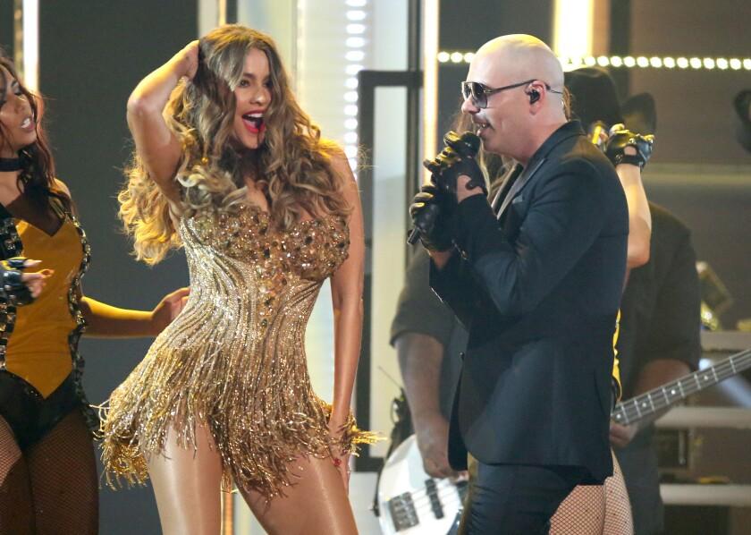 Pitbull, acompañado por Sofía Vergara, cierra la ceremonia de los premios Grammy el lunes 15 de febrero del 2016 en Los Angeles. (Foto por Matt Sayles/Invision/AP)