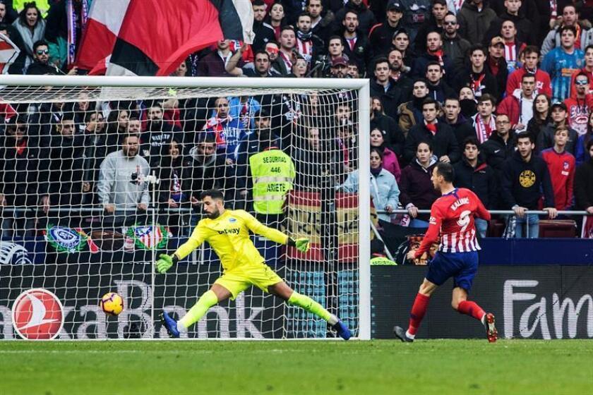 El delantero croata del Atlético de Madrid Nikola Kalinic (d), remata para marcar gol delante del portero del Deportivo Alavés Fernando Pacheco (i), durante el partido de La Liga Santander correspondiente a la décimoquinta jornada en el Estadio Wanda Metropolitano de Madrid.- EFE