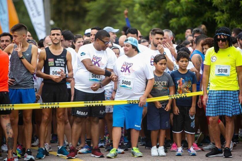 Personas participan en la cuarta edición de la carrera Down 5K este domingo en Montevideo (Uruguay). EFE