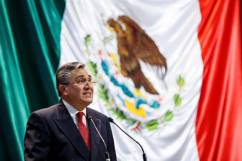 El ombudsman mexicano, Luis Raúl González Pérez, habla ante legisladores durante la presentación de su informe anual sobre el estado de los derechos humanos en México este miércoles, en un acto realizado en la Cámara de diputados de Ciudad de México (México). EFE
