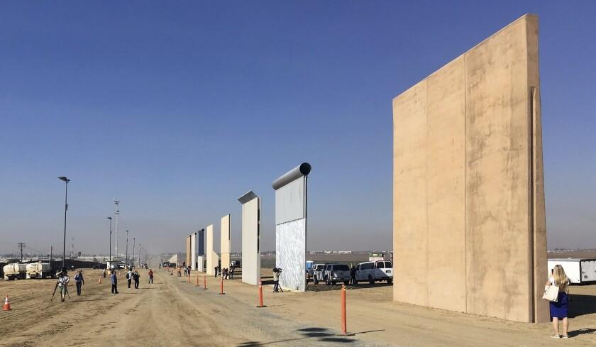 Prototipos del muro fronterizo en San Diego.