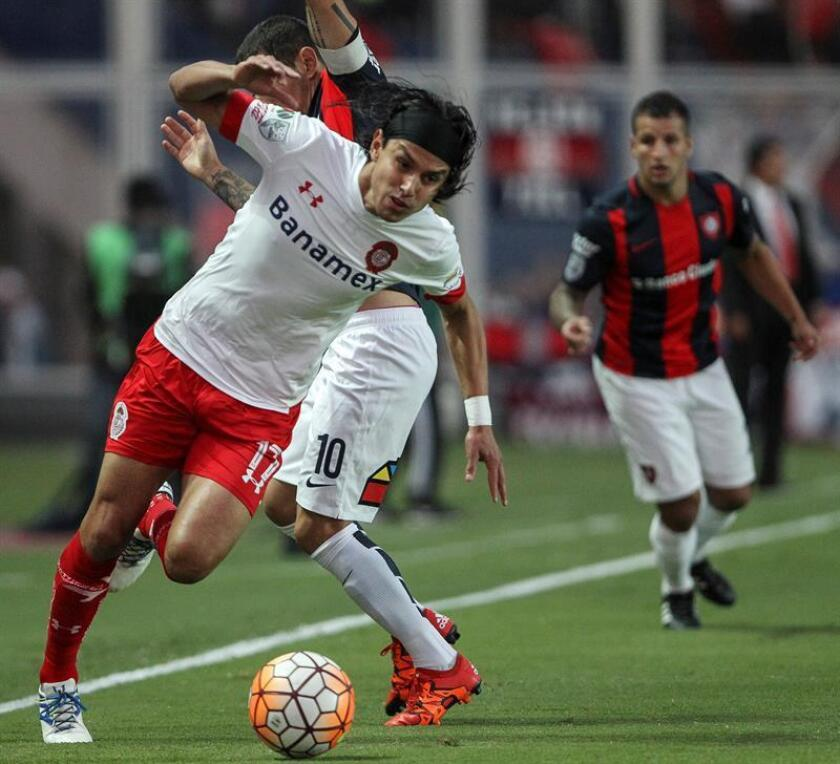 San Lorenzo's Leandro Romagnoli (C) fights for the ball with Toluca's Gerardo Flores (L) during the Copa Libertadores Group 6 match played on March 2, 2016, at Nuevo Gasometro stadium in Buenos Aires, Argentina. EPA-EFE FILE/David Fernandez