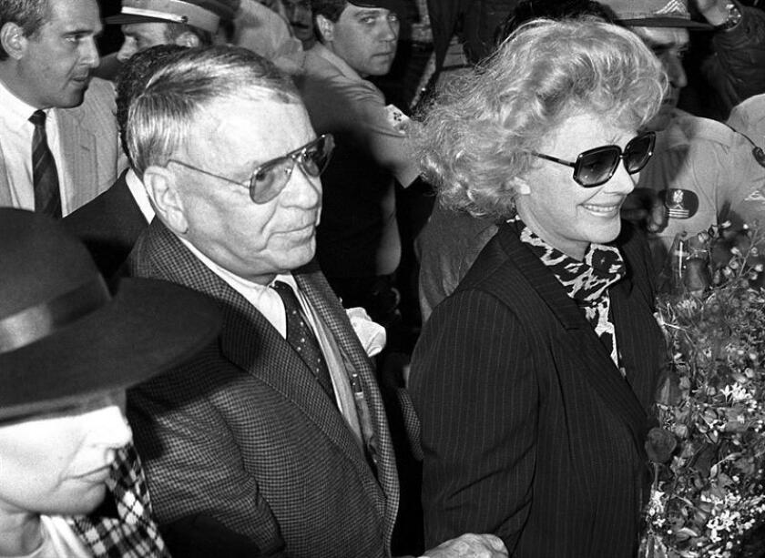 Fotografía de archivo del cantante estadounidense Frank Sinatra (c) y su esposa, Bárbara (d): EFE/Archivo