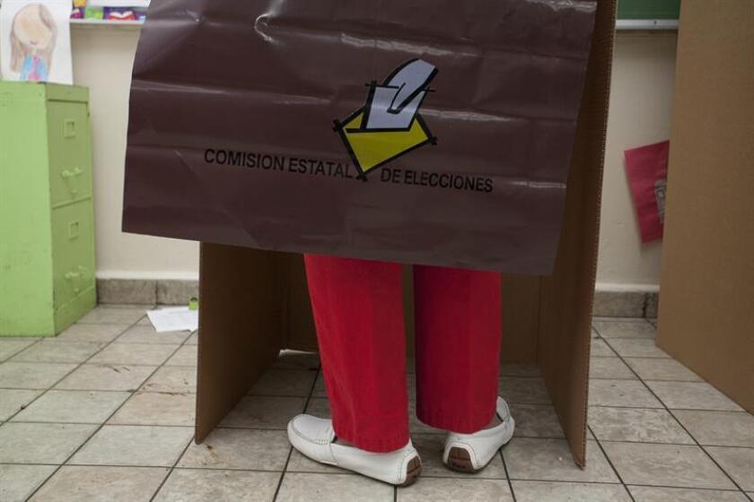 Un votante ejerce su derecho al voto en un colegio electoral de San Juan (Puerto Rico). EFE/Archivo