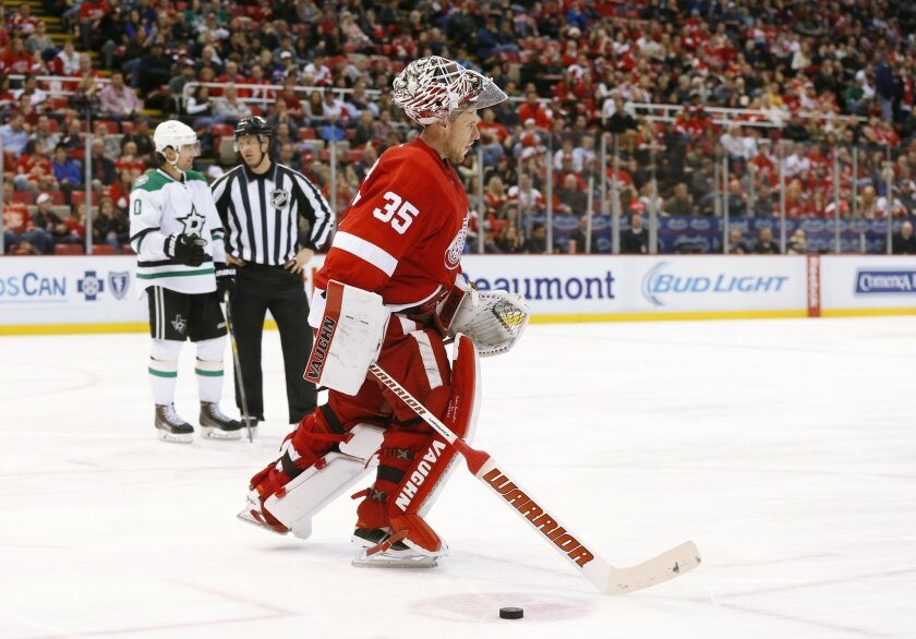 Detroit Red Wings goalie Jimmy Howard (35) leaves the ice after being injured against the Dallas Stars in the third period of an NHL hockey game, Sunday, Nov. 8, 2015 in Detroit. (AP Photo/Paul Sancya)