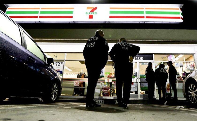 Agentes de ICE en una tienda 7-Eleven durante un operativo en Los Ángeles.