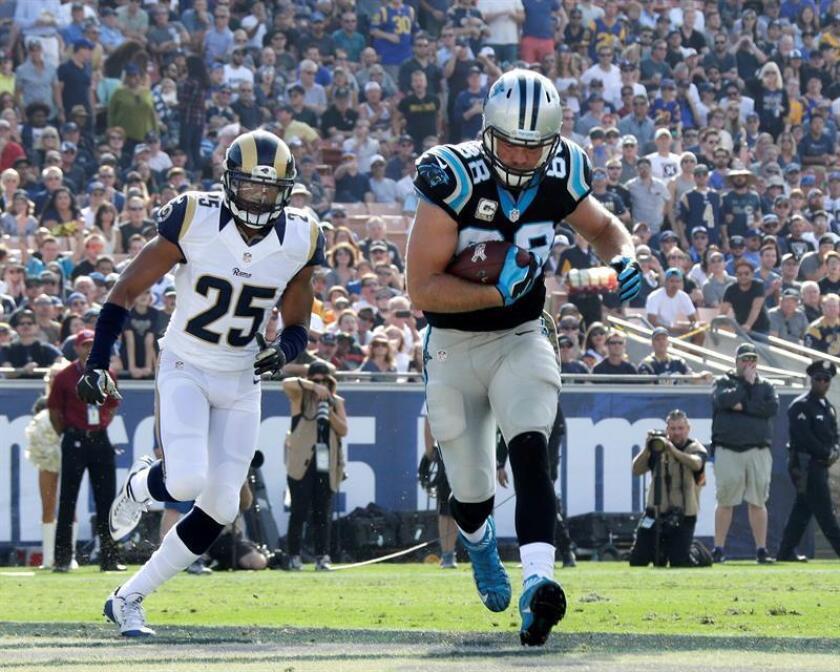 En la imagen, el jugador de los Panthers de Carolina, Greg Olsen (d). EFE/Archivo