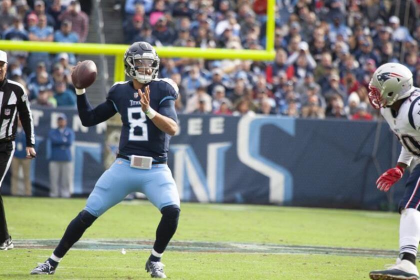 Marcus Mariota, mariscal de campo de los Titans de Tennessee, fue registrado al lanzar un pase frente a la defensa de los Patriots de Nueva Inglaterra, durante un partido de la NFL, en el Nissan Stadium de Nashville (Tennessee, EE.UU.). EFE