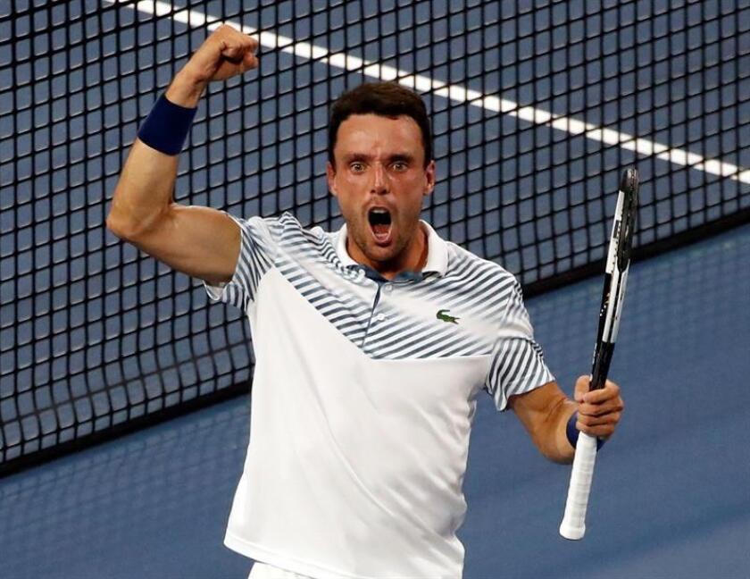 El tenista español Roberto Bautista celebra luego de derrotar al serbio Novak Djokovic durante un partido del Abierto de Tenis de Miami este martes, en Miami (EE.UU.). EFE