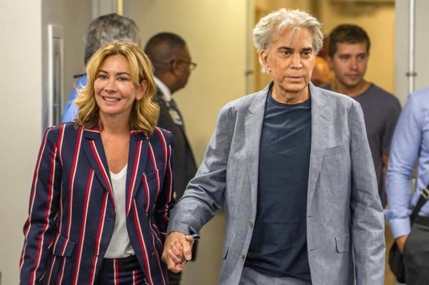 """El cantante venezolano José Luis Rodríguez """"El Puma"""" y su esposa, Carolina Pérez, llegan a una rueda de prensa. EFE/Archivo"""