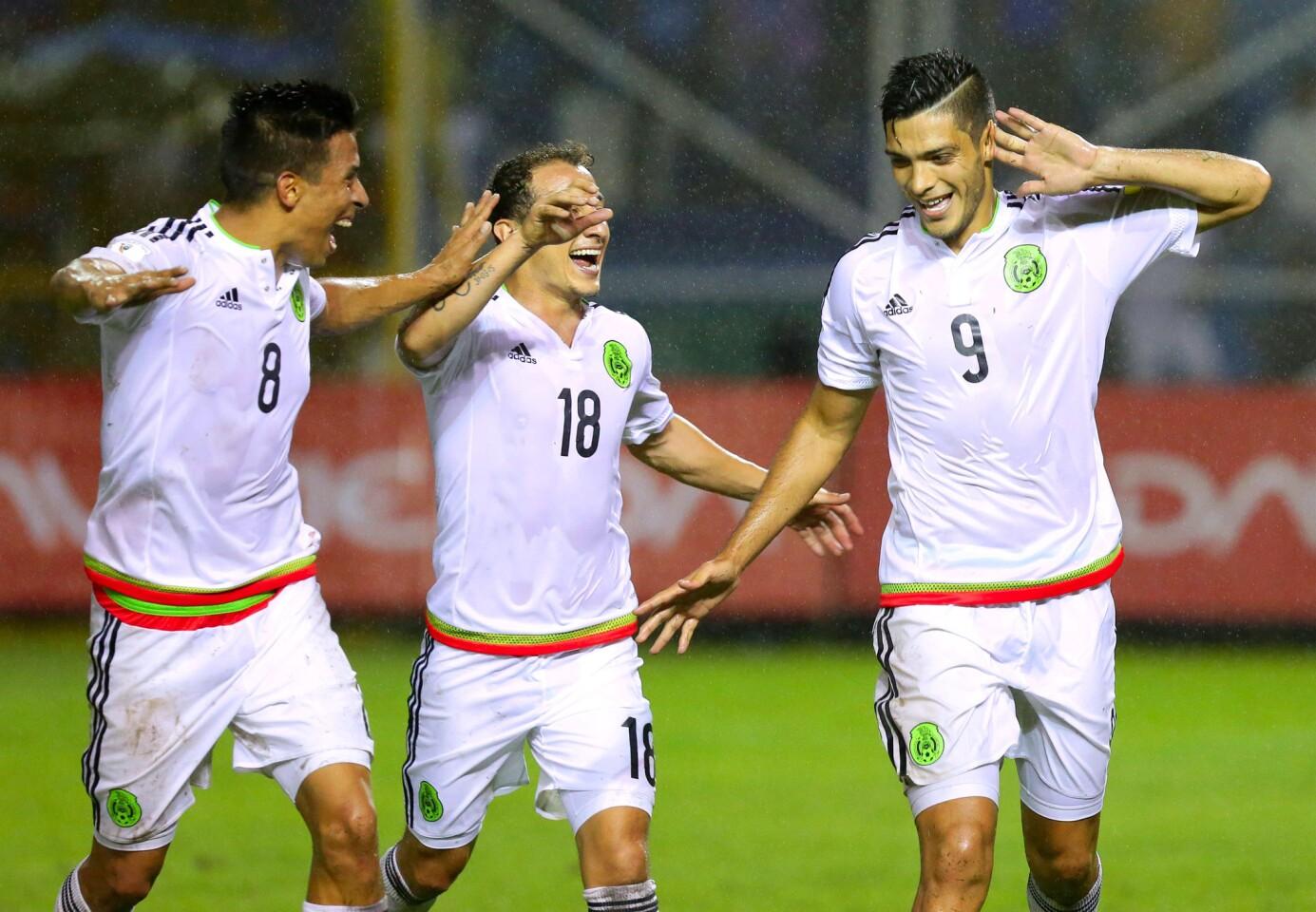 El mexicano Rafael Jiménez (d) celebra con sus compañeros su gol contra El Salvador, en partido de las eliminatorias para el Mundial de Rusia 2018 en el Estadio Cuscatlán, en San Salvador (El Salvador).
