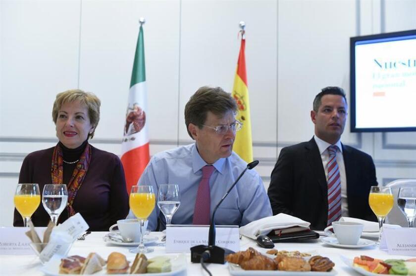 El ministro de Turismo de México, Enrique de la Madrid Cordero (c), junto a la embajadora de México en España, Roberta Lajous (i), y al director general del Consejo de Promoción Turística de México (CPTM), Héctor Flores (d), durante el desayuno celebrado hoy en un hotel de Madrid. EFE