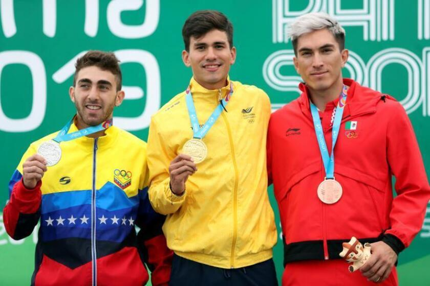 El colombiano Pedro Causil (c), medalla de oro, posa junto al venezolano Jhoan Guzmán (i), plata, y el mexicano Jorge Martínez (d), bronce, durante la premiación de la prueba de 300 m. contrarreloj individual masculina de Patinaje de Velocidad este viernes, durante los Juegos Panamericanos Lima 2019, en Lima (Perú). EFE/ Juan Ponce Valenzuela