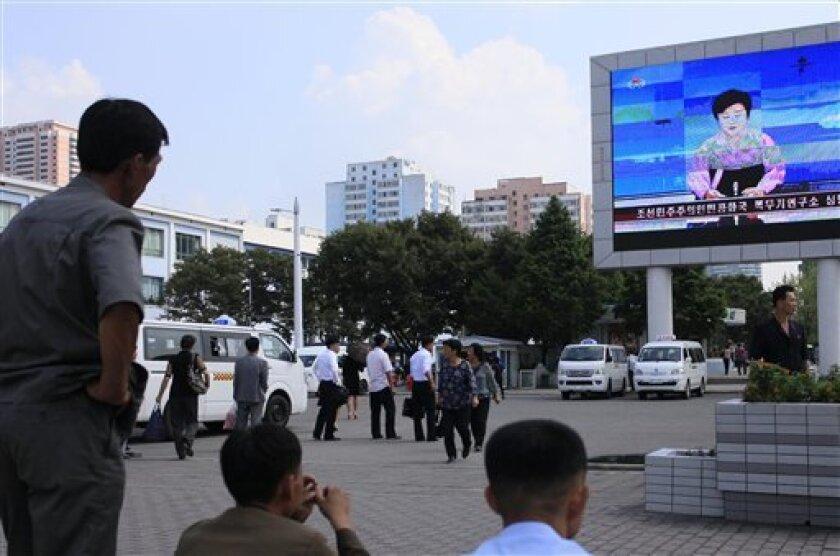 Numerosos norcoreanos observan una pantalla gigante en Pyongyang, Corea del Norte, en el momento en el que se anuncia el viernes 9 de septiembre de 2016 que el país ha efectuado ese día una prueba atómica que finalmente le permitirá construir numerosas armas nucleares más potentes, más pequeñas y más ligeras. (AP Foto/Jon Chol Jin)