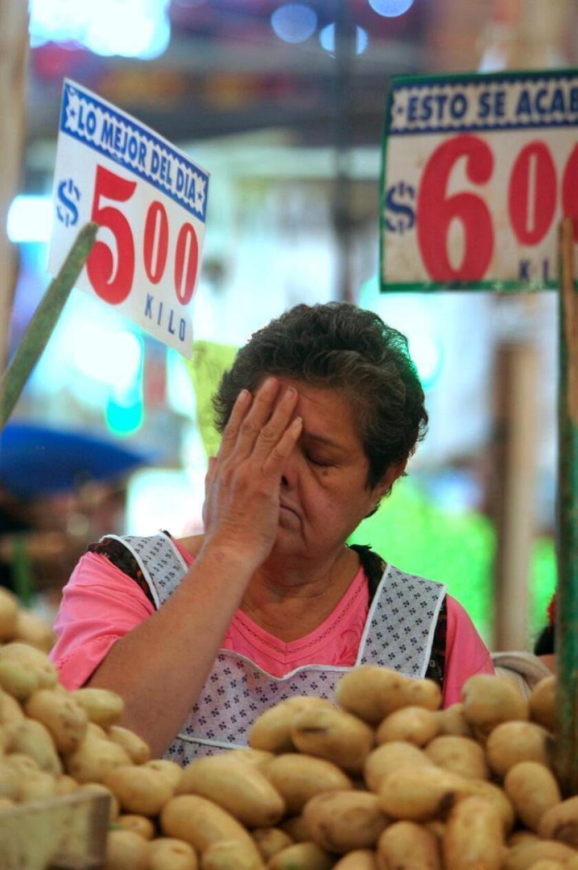 La Secretaría de Economía (SE) de México aseguró hoy que el alza de precios de las gasolinas de entre el 14 % y el 20 %, que ha llevado a numerosas protestas en el país, no repercutirá en la misma proporción en el costo de la canasta básica. EFE/ARCHIVO