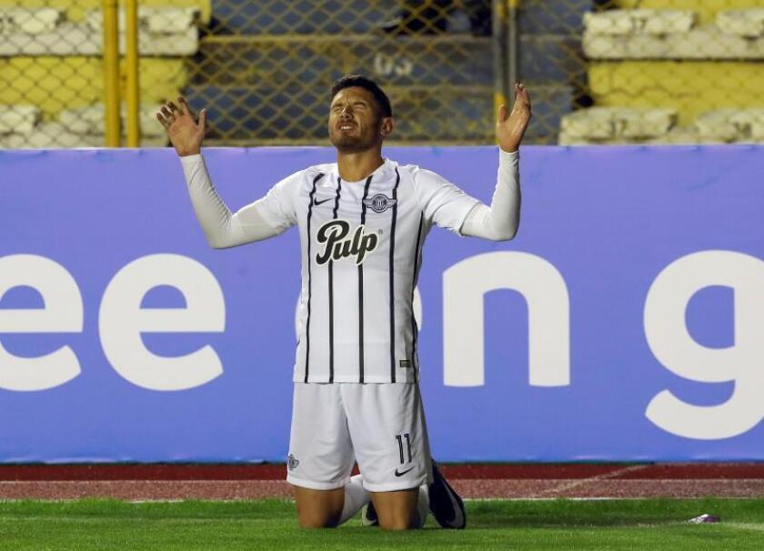 En la imagen, el futbolista argentino Adrián Martínez de Libertad de Paraguay. EFE/Martín Alipaz/Archivo