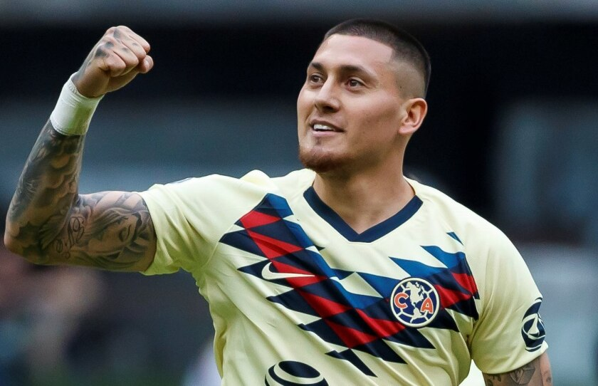 El jugador de América, Nicolás Castillo, celebra su segunda anotación ante Monterrey, en la primera jornada del Torneo Apertura del fútbol mexicano realizado en el Estadio Azteca de la Ciudad de México.