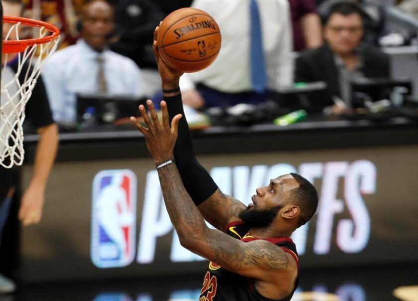 El alero de los Cavaliers de Cleveland LeBron James en acción durante las primera ronda de eliminatorias de la Conferencia Este de la NBA entre los Pacers de Indiana y los Cavaliers de Cleveland hoy, miércoles 18 de abril de 2018, en el Quicken Loans Arena de Cleveland, Ohio (EE.UU.). EFE