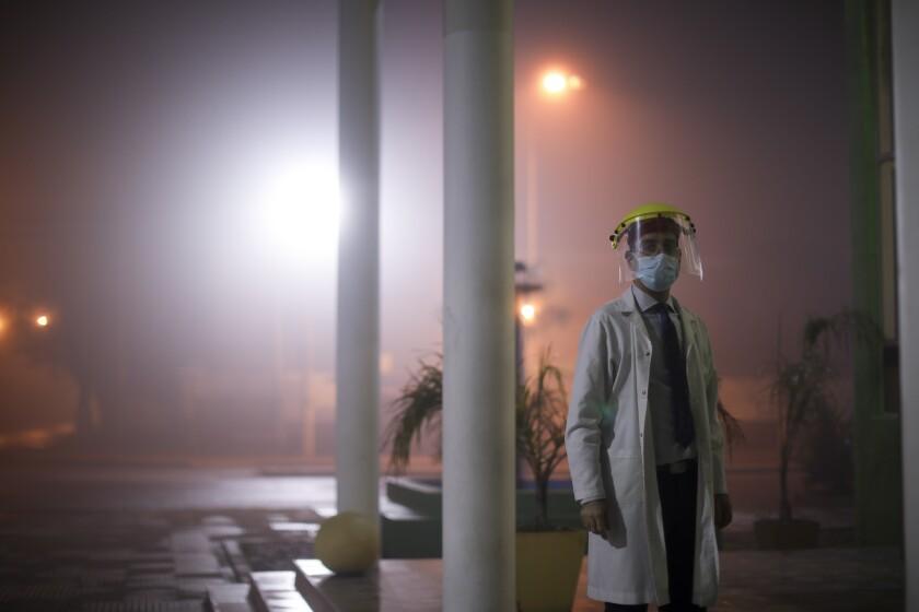 El doctor Matías Norte está afuera de un hospital durante una cuarentena ordenada por el gobierno para bajar la curva del nuevo coronavirus en Buenos Aires, Argentina, el sábado 18 de julio de 2020. (AP Foto/Natacha Pisarenko)