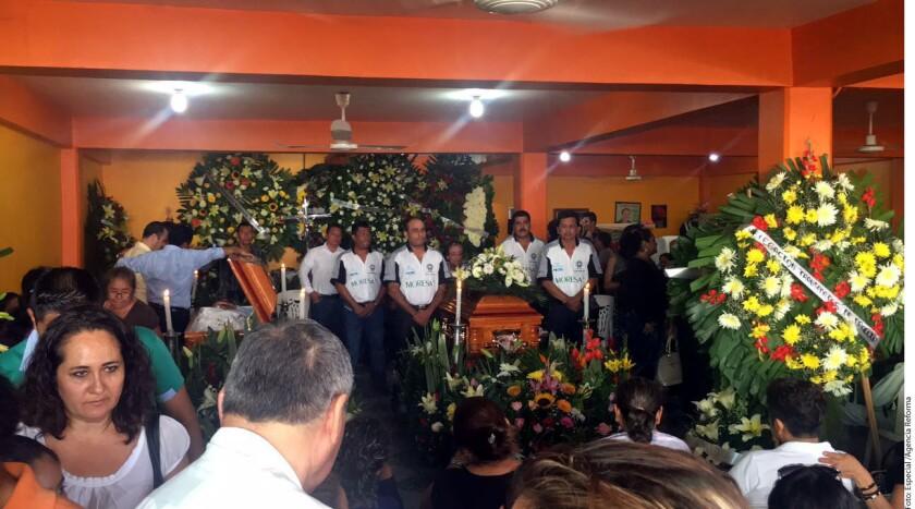 El cuerpo de Ambrosio Soto Duarte, Presidente Municipal de Pungarabato, fue velado por familiares, amigos y trabajadores del Ayuntamiento.