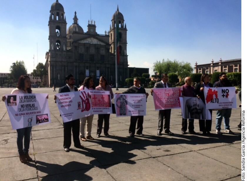 El dirigente de Morena en la entidad entregó la petición para atender feminicidios y la violencia contra la mujer.