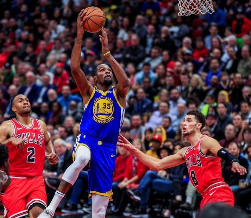 Kevin Durant (c) de los Warriors en acción contra Zach LaVine (d) de los Bulls hoy, lunes 29 de octubre de 2018, durante un partido de NBA entre Golden State Warriors y Chicago Bulls, en el United Center de Chicago (EE.UU.). EFE