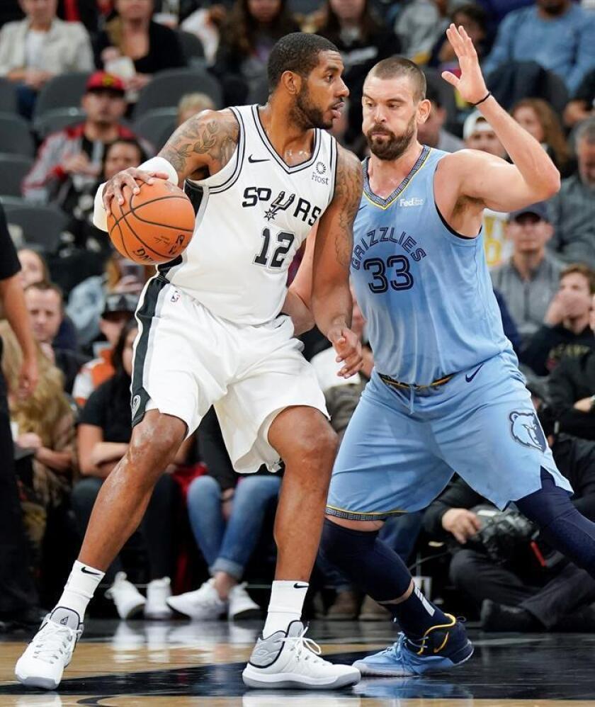 Marc Gasol (d) los Grizzlies de Memphis intenta detener la jugada de LaMarcus Aldridge de San Antonio Spurs antes de ayer. EFE