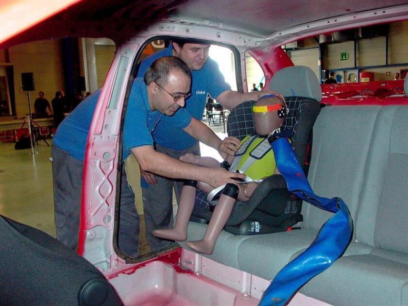 Disponer a los niños correctamente en asientos de seguridad mientras viajan en autos puede disminuir considerablemente las posibilidades de que sufran lesiones fatales en un accidente, indicaron hoy expertos en Miami durante un encuentro comunitario. EFE/ARCHIVO