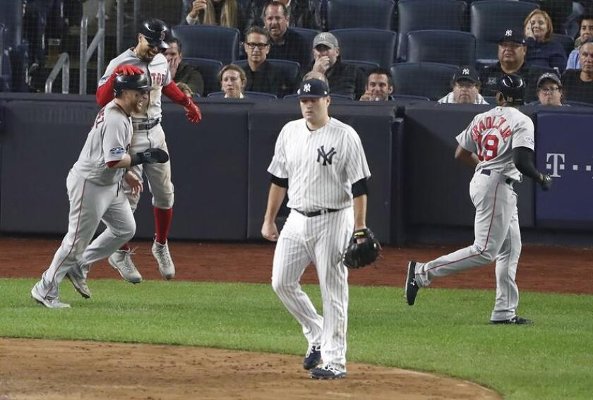 Christian Vazquez (i), Jackie Bradley Jr. (d) y Mookie Betts (2-i) de los Medias Rojas celebran la anotación del 3-run doble de su compañero de equipo Andrew Benintendi ante el lanzador de los Yanquis Lance Lynn (2-d) durante la cuarta entrada del juego tres de la Serie de la División de la Liga Americana entre los Medias Rojas de Boston y los Yanquis de Nueva York hoy, lunes 8 de octubre de 2018, en el Estado Yanqui, en el Bronx, Nueva York (EE.UU.). EFE