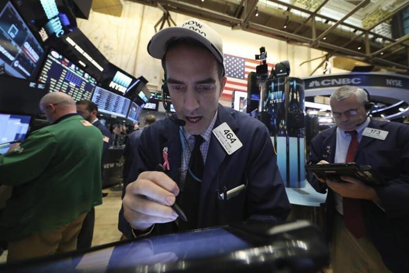 Wall Street cerró hoy en territorio mixto y el Dow Jones de Industriales, su principal indicador, cedió un 0,18 %, mientras que el selectivo S&P 500 avanzó un 0,07 % y el índice compuesto del mercado Nasdaq subió un 0,15 %. EFE/ARCHIVO