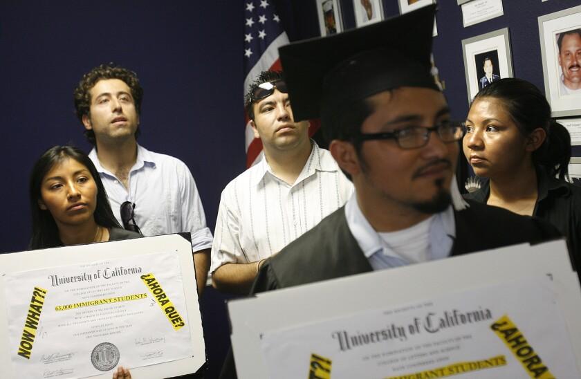 Estudiantes de preparatoria y universidades participan en una protesta en la oficina de la congresista Loretta Sánchez, en la ciudad de Garden Grove. Los jóvenes pedían en el 2007 el apoyo de la funcionaria para regularizar a los indocumentados.