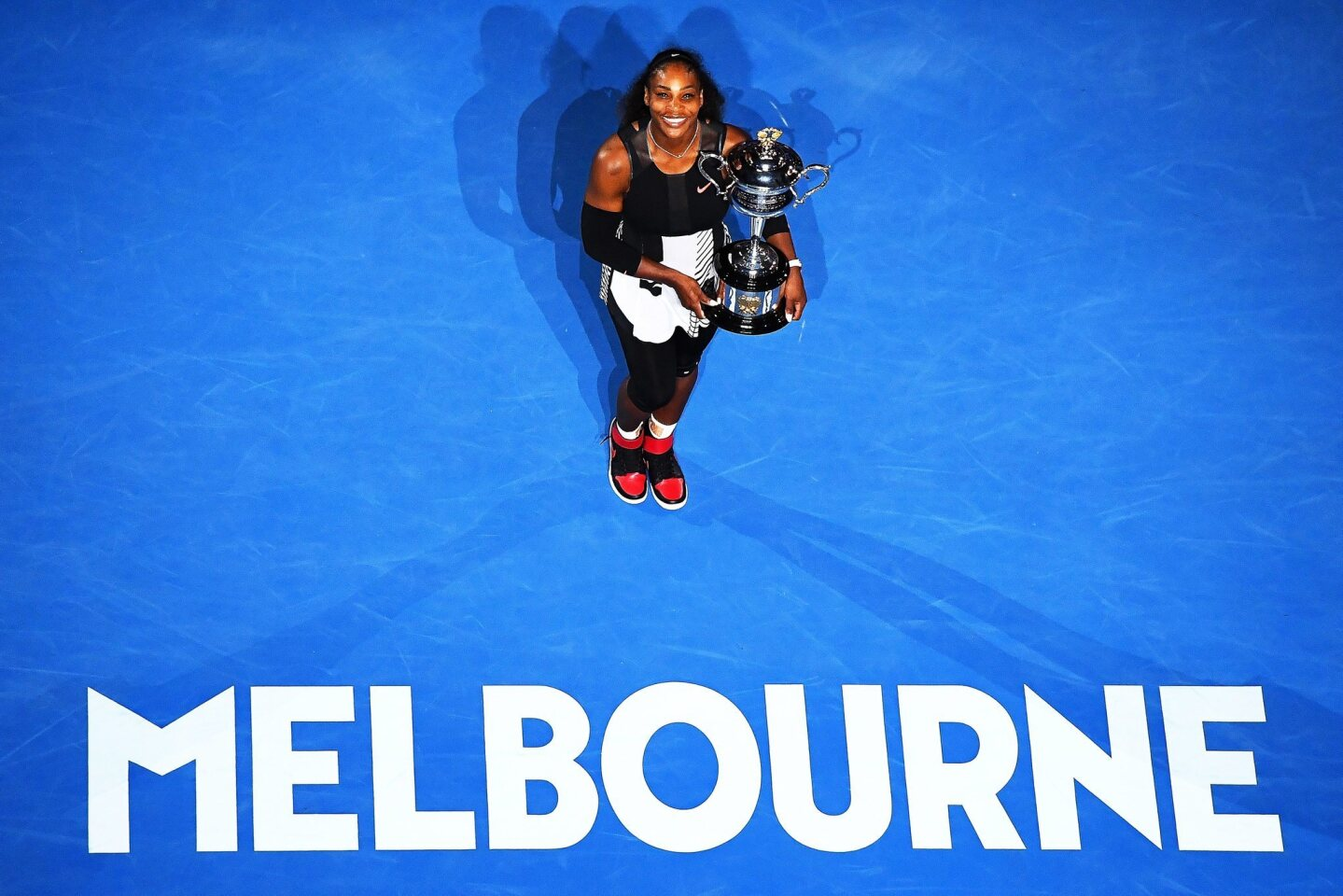 La tenista Serena Williams posa con el trofeo que la acredita monarca del Australian Open Grand Slam.