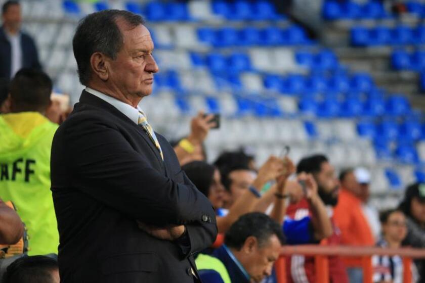 El entrenador del Puebla del fútbol mexicano, Enrique Meza, aseguró hoy que aunque su equipo es el cuarto del torneo Clausura 2018, aún no ganó nada y su prioridad sigue siendo salvarse del descenso. EFE/ARCHIVO