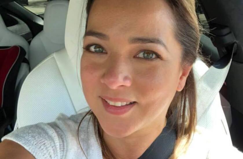 La actriz Adamari López posa ante la cámara como parte de un 'posting' subido a su cuenta de Facebook.
