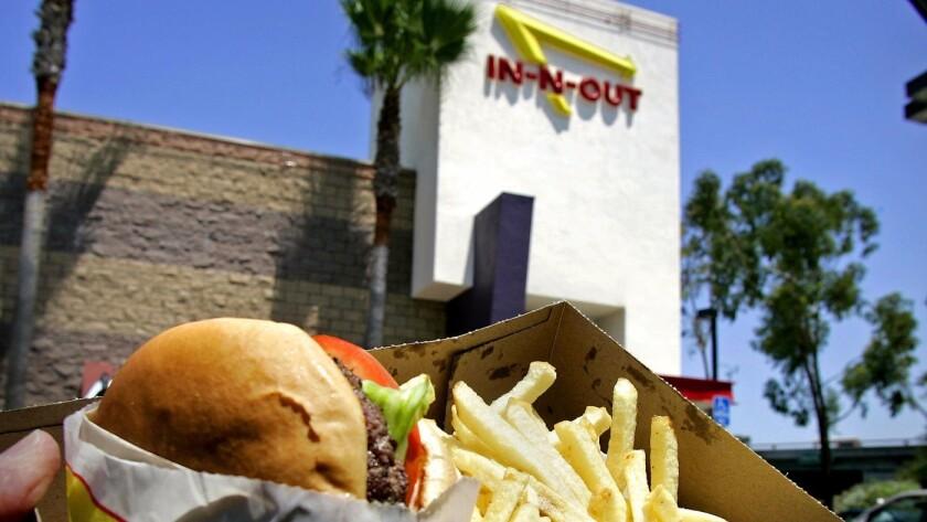 Miles de personas han firmado una petición en Change.org para que la cadena de hamburguesas del sur de California agregue al menú una opción sin carne.