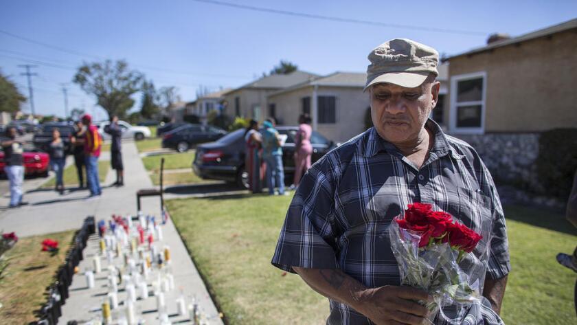 Herbert Baker llevó rosas al memorial construido en honor a Carnell Snell Jr., el joven de 18 años que fue baleado por la policía de Los Ángeles.