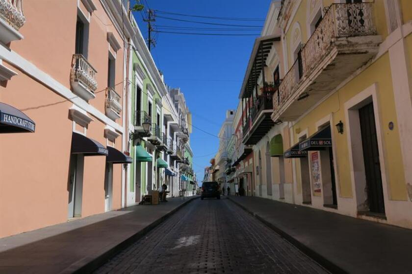 Vista general de la calle Fortaleza en el viejo San Juan (Puerto Rico). EFE/Archivo