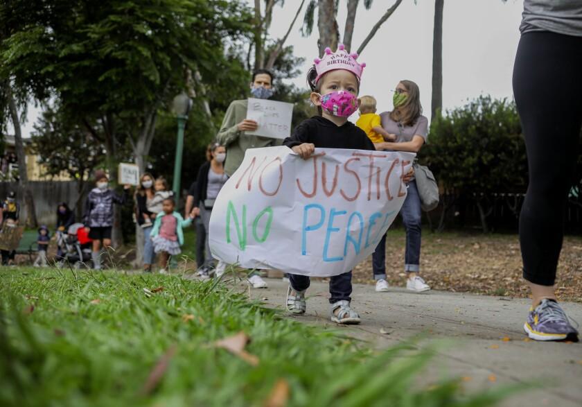 Flora Macalma, de 2 años, participa en una protesta de Kids Black Lives Matter.