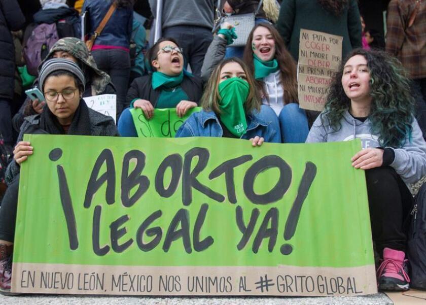Grupos sociales se manifiestan el miércoles 6 de marzo de 2019 en el recinto legislativo de la ciudad de Monterrey, en el estado de Nuevo León (México), a favor de la aprobación de la ley contra el aborto. EFE/Archivo