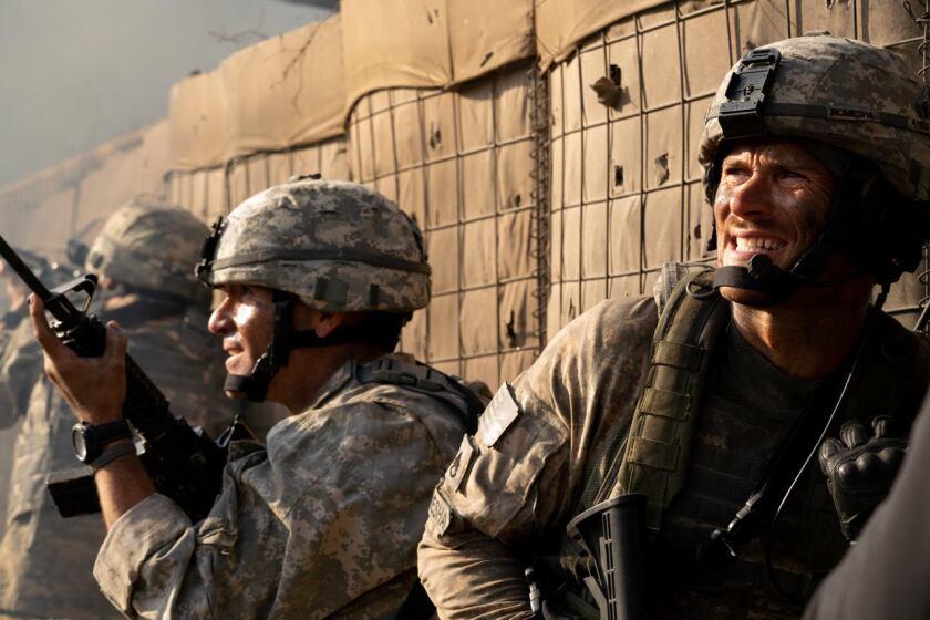 """A la derecha, Scott Eastwood en una escena de la cinta bélica """"The Outpost""""."""