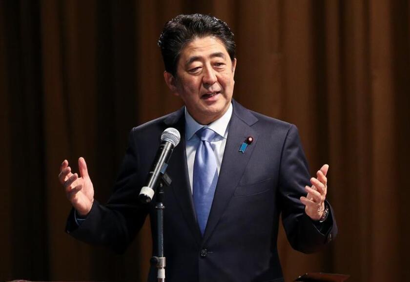 """La visita del primer ministro nipón Shinzo Abe junto al presidente Barack Obama a la base de Pearl Harbor en Hawai a finales de mes servirá para marcar """"el poder de la reconciliación"""" entre ambos países, indicó hoy la Casa Blanca. EFE/ARCHIVO"""