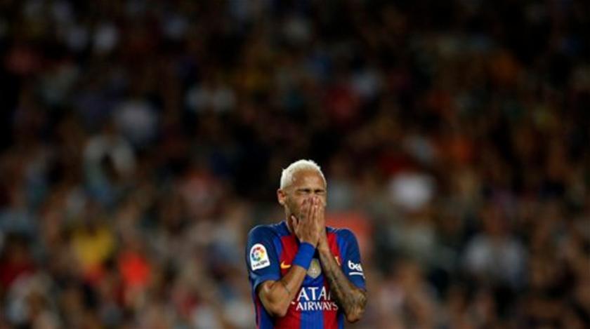 El delantero del Barcelona, Neymar, se lamenta durante el partido de la liga española contra el Atlético de Madrid en el estadio Camp Nou en Barcelona, España, el miércoles 21 de septiembre de 2016. Un tribunal de Madrid reabrió un caso sobre presuntas irregularidades en relación a la transferencia de Neymar al Barcelona. (AP Foto/Manu Fernández)